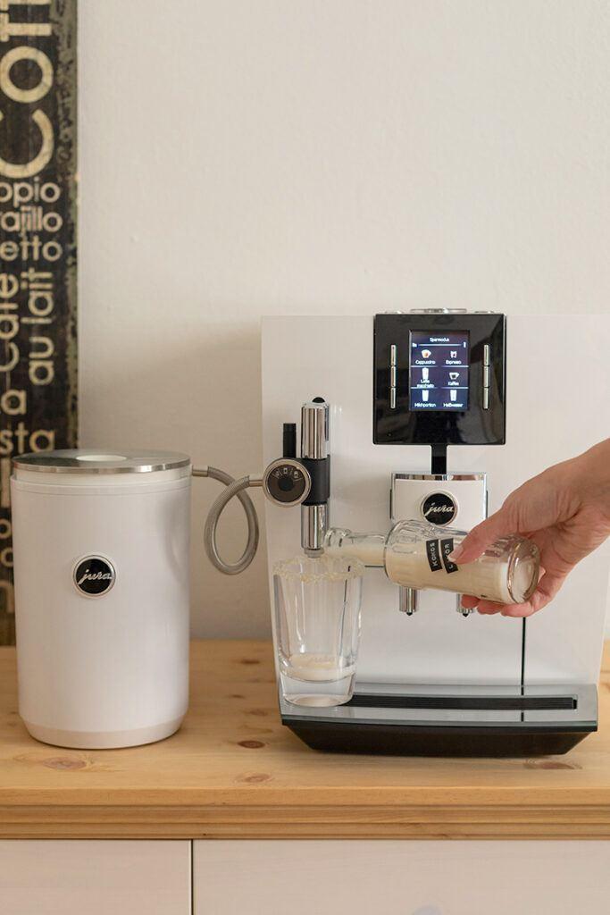 Kokoslikoer in ein Latte Macchiato Glas fuellen fuer den Kokos Latte Macchiato nach einem Rezept von Sweets & Lifestyle®