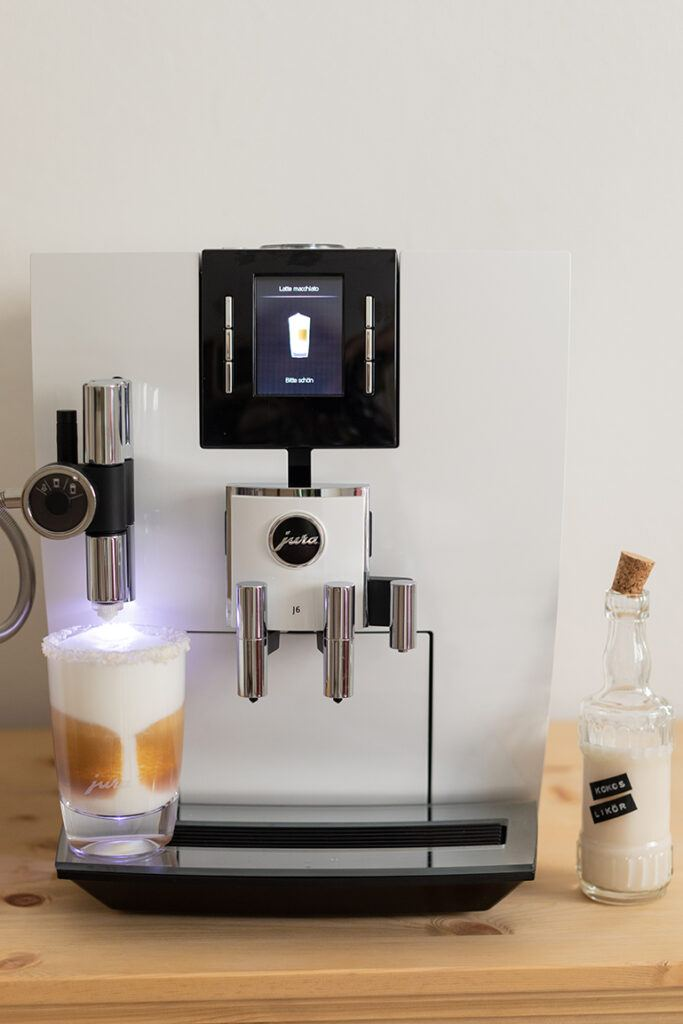 Latte Macchiato mit Kokoslikoer zubereitet mit dem JURA J6 Kaffeevollautomaten von Sweets & Lifestyle®