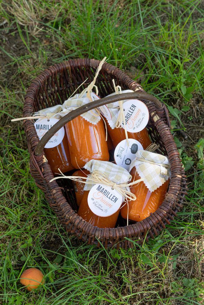 Marillentraum fuer einen Kindertraum Marmelade in Koerbchen im Marillengarten