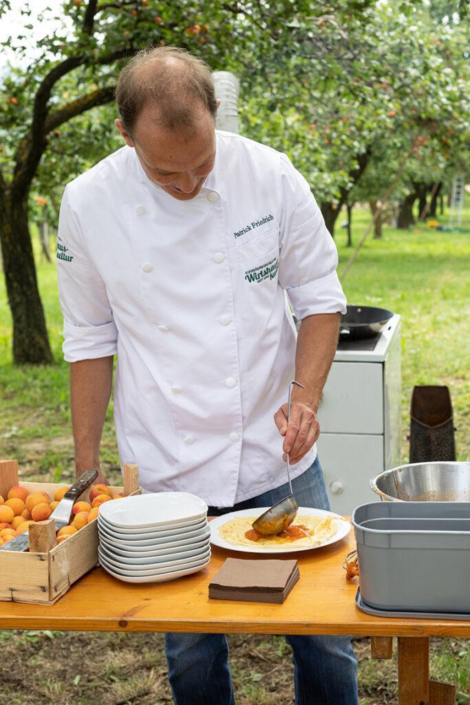 Patrick Friedrich fuellt die Palatschinke mit der Marillentraum fuer einen Kindertraum Marmelade