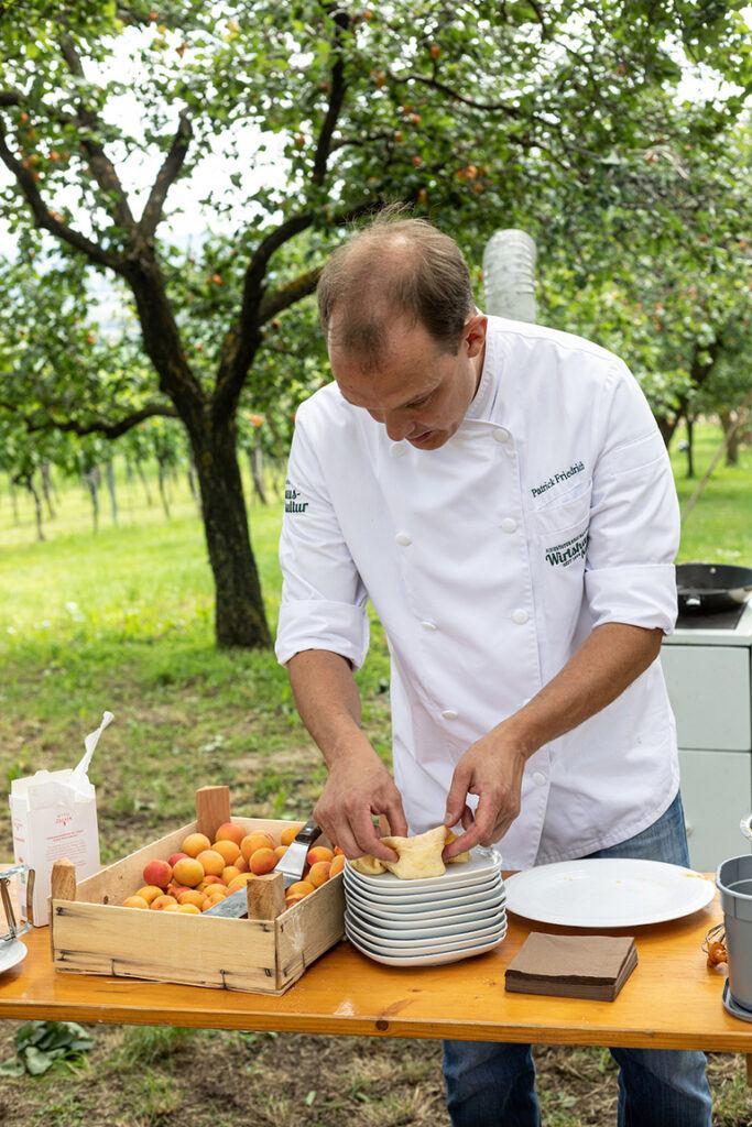 Patrick Friedrich macht Palatschinken mit der Marillentraum fuer einen Kindertraum Marillenmarmelade im Obstgarten in Theyern