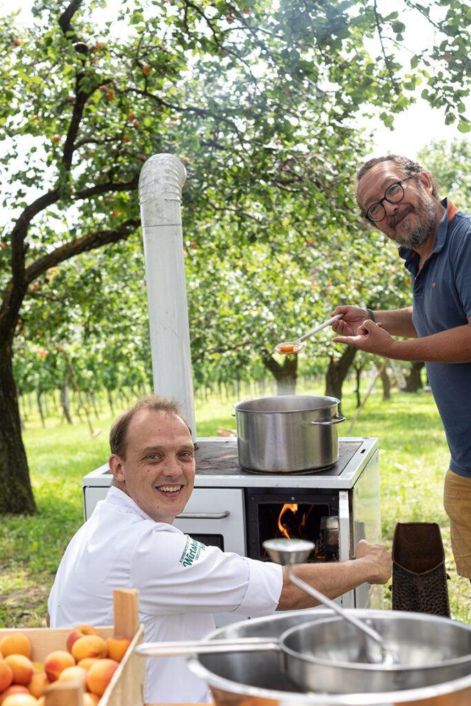 Patrick Friedrich und Jimmy Schlager beim Marillentraum für einen Kindertraum Marmelade kochen im Marillengarten