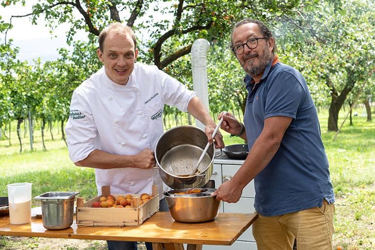 Patrick Friedrich und Jimmy Schlager beim gemeinsamem Kochen der Marillentraum fuer einen Kindertraum Marillenmarmelade