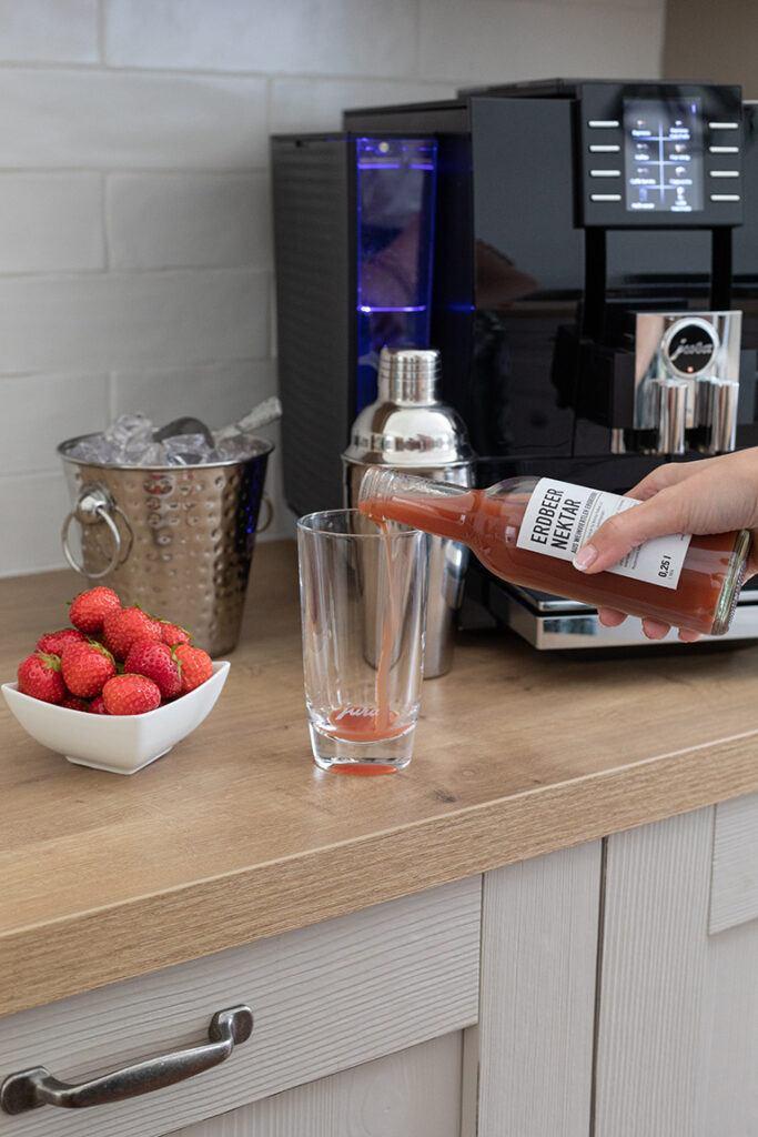 Sweets & Lifestyle® Erdbeernektar als Zutat für den geeisten Erdbeer Espresso von Sweets & Lifestyle®