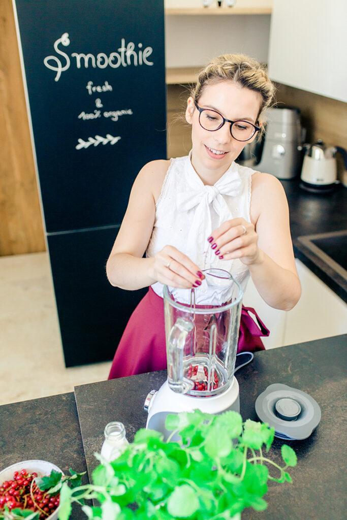 Kochschule SchlossStudio Besitzerin Verena Pelikan bei der Zubereitung von einem Ribiselsmoothie