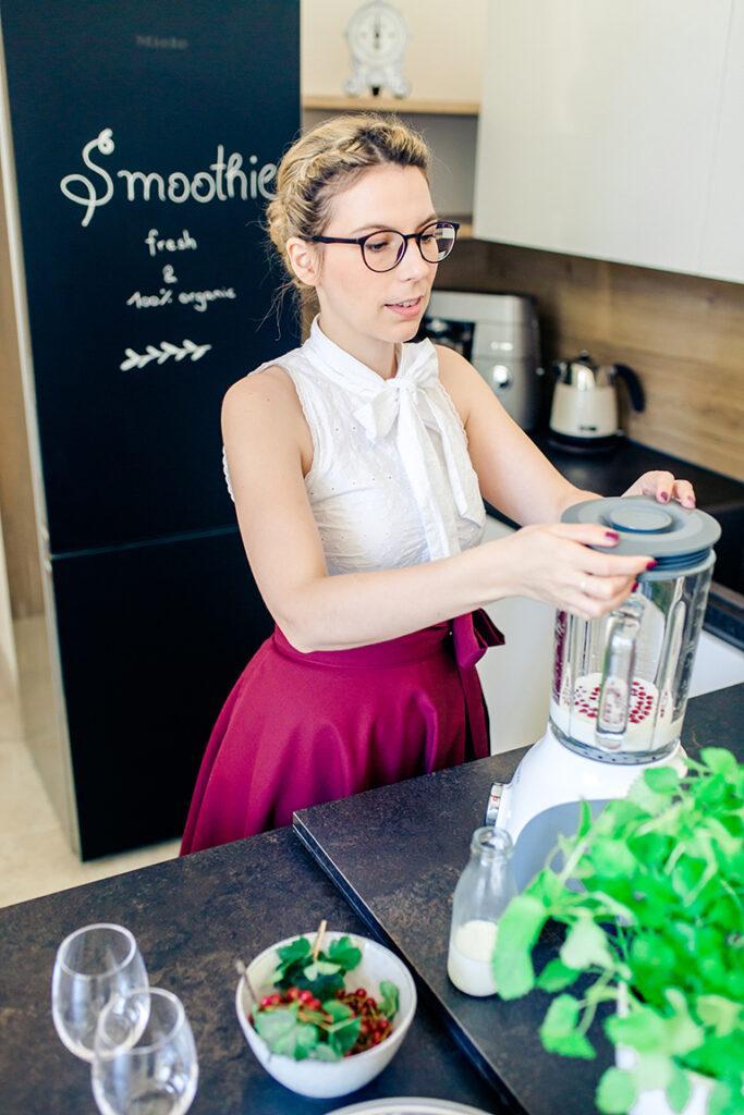 Kochstudio SchlossStudio Besitzerin Verena Pelikan verschliesst den Kenwood Standmixer Blend-X Classic um den von ihr kreierten Ribiselsmoothie zu Mixen
