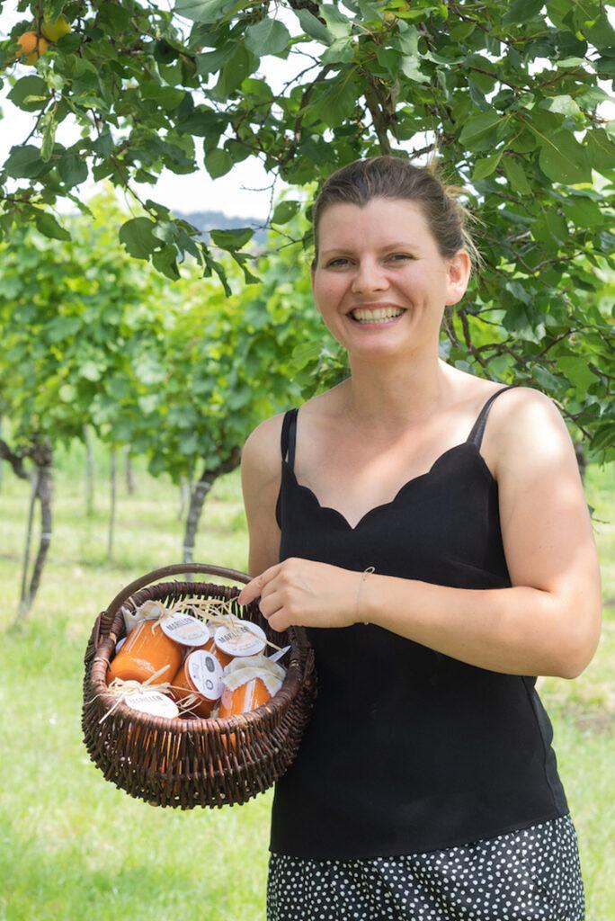 Viktoria Preiss mit der Marillentraum Marmelade fuer Marillen aus ihrem Obstgarten verwendet wurden