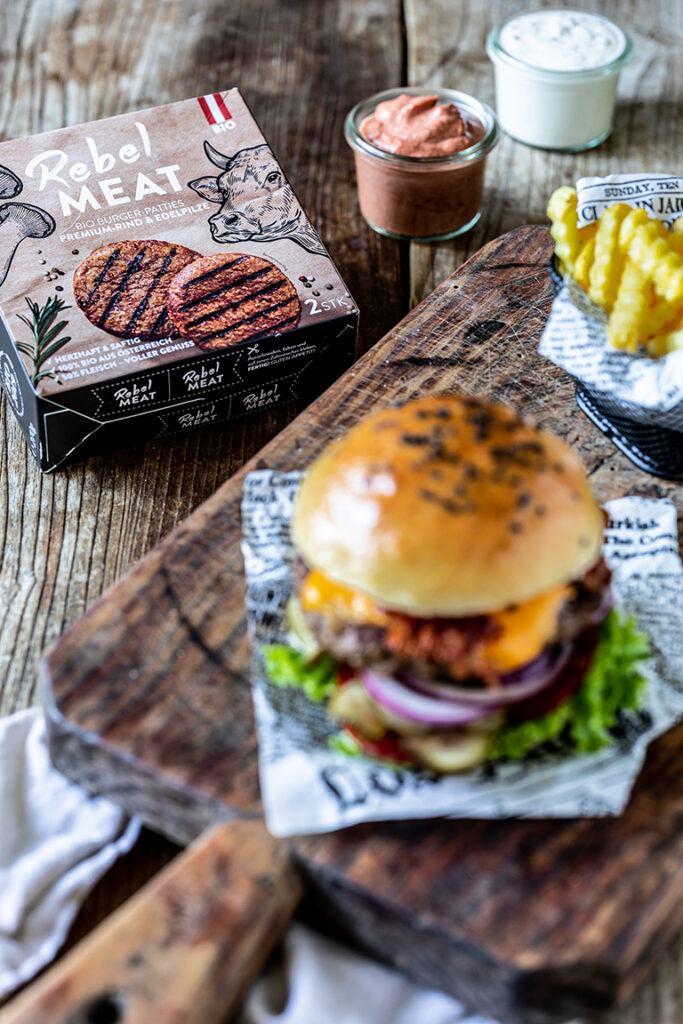 Klassischer Cheeseburger gemacht mit Rebel Meat Bio Burger Patties nach einem Rezept von Sweets & Lifestyle®