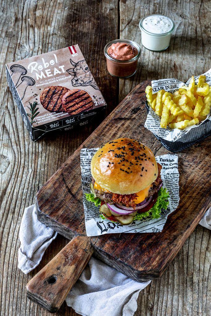 Selbst gemachter Cheeseburger mit Rebel Meat Bio Burger Patties nach einem Rezept von Sweets & Lifestyle®