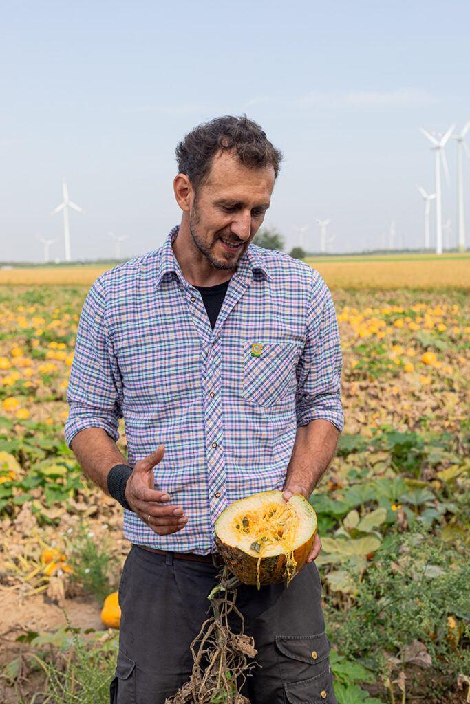 Bio-Landwirt Georg Prantl erzaehlt Wissenswertes ueber die biologische Landwirtschaft und den Oelkuerbis aus dem er das Pumpkingoil herstellt
