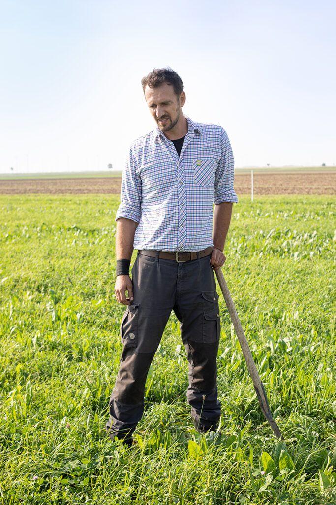 Bio-Bauer Georg Prantl steht auf saftiger Wiese die er fuer seine Bio-Rinder angebaut hat