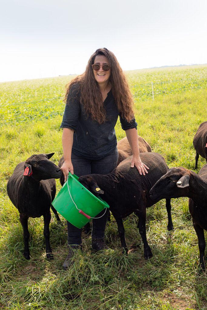 Bio-Baeuerin Julia Prantl mit ihren Bio-Jura Schafen fotografiert von Verena Pelikan