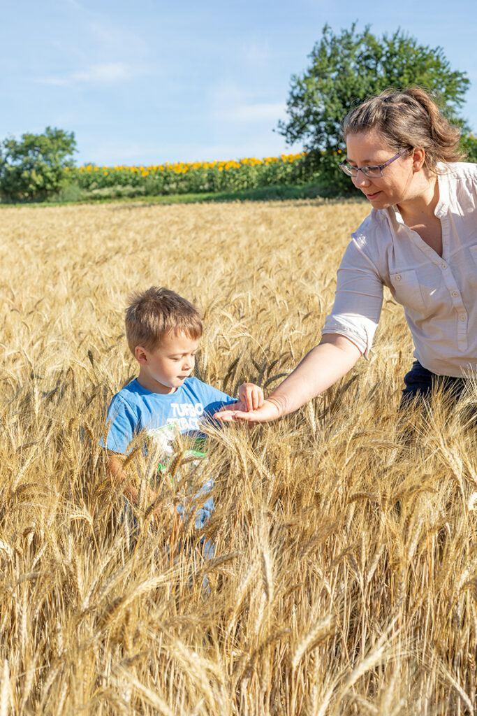 EGZ Baeuerin mit ihrem Kind Hartweizenfeld auf dem der Hartweizen fuer die Recheis Nudeln waechst