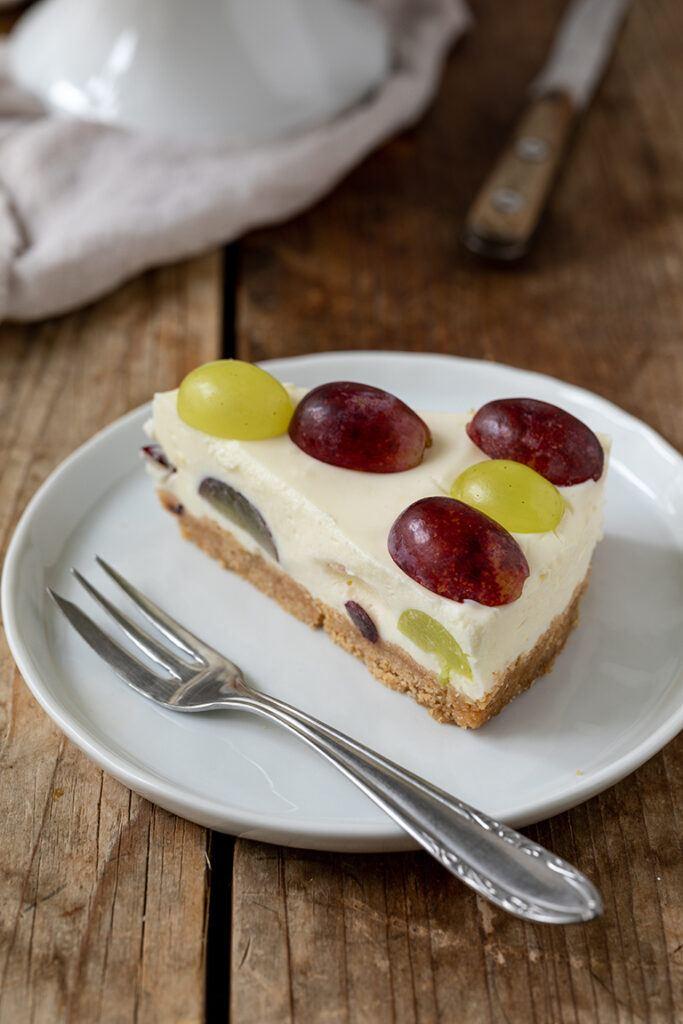 Ein Stueck der leckeren no bake Weintraubentorte von Sweets & Lifestyle®