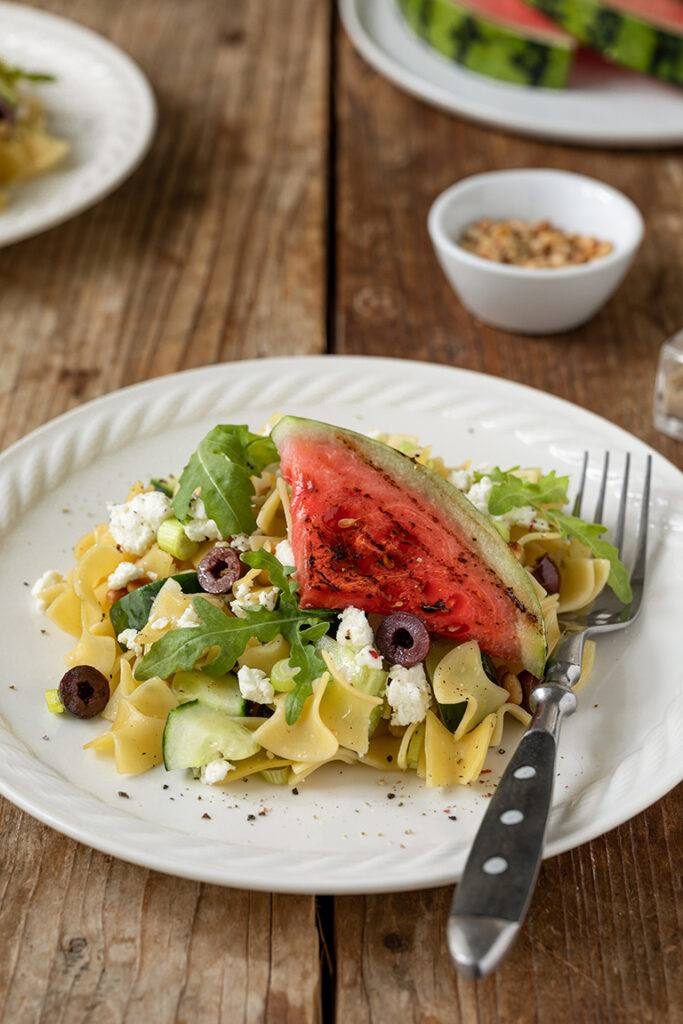Erfrischender Nudelsalat mit Gurke Feta und gegrillter Wassermelone nach einem Rezept von Sweets & Lifestyle®