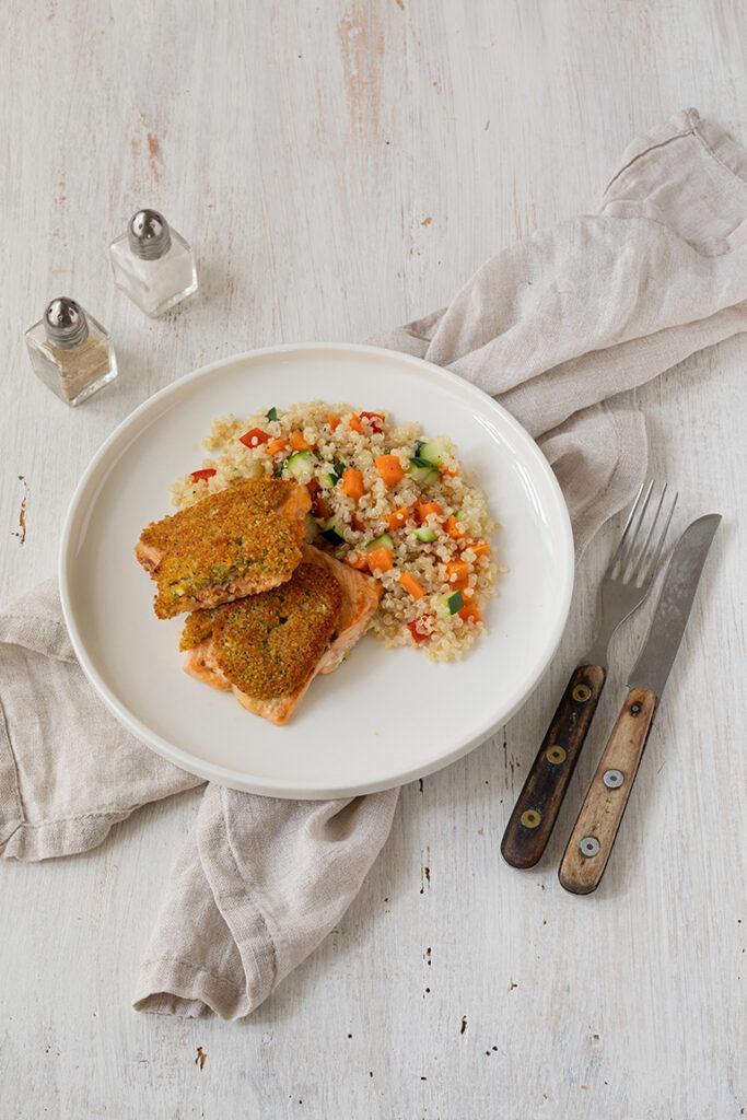 Leckerer Lachs mit Kraeuter Parmesan Kruste und Quinoa Gemuese als Beilage nach einem Rezept von Sweets & Lifestyle®