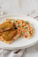 Rezept fuer einen Lachs mit wuerziger Kraeuter Parmesan Kruste und Quinoa Gemuese von Sweets & Lifestyle®