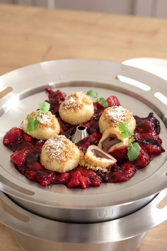 Leckere Topfen Nougat Knoedel serviert mit Zwetschkenroester nach einem Rezept von Sweets & Lifestyle®