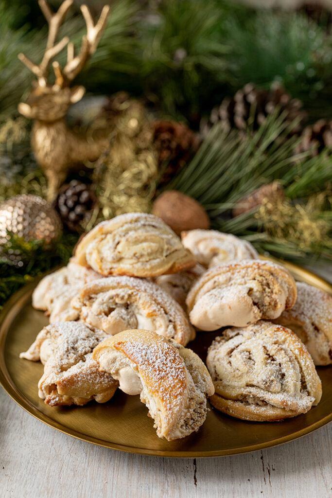 Burgenlaender Kipferl sind oesterreichische Weihnachtskekse die auch als Hochzeitsbaeckerei serviert werden gemacht nach einem Rezept von Sweets & Lifestyle®