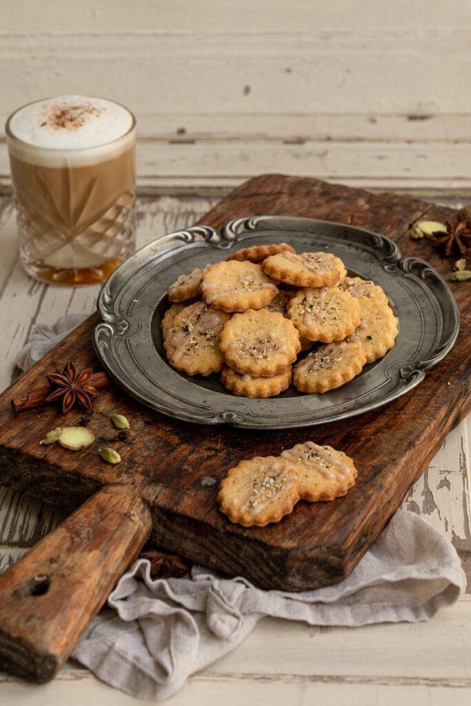 Leckere Chai Latte Cookies nach einem Rezept von Sweets & Lifestyle® serviert mit einem waermenden Coffee Chai Latte