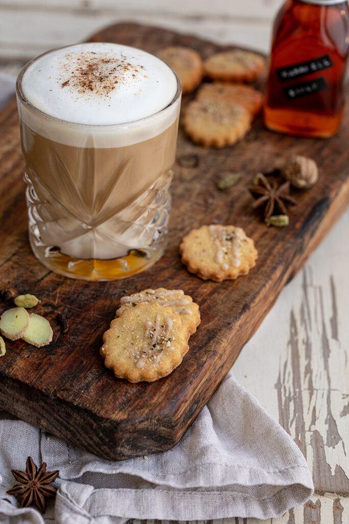 Coffee Chai Latte mit Karamellsirup und My Coffee Chai Moment Gewuerz von Kotanyi verfeinert nach einem Rezept von Sweets & Lifestyle®
