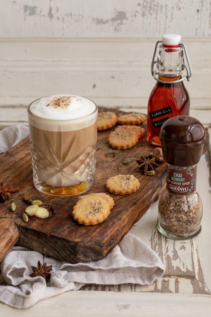 Coffee Chai Latte verfeinert mit Karamellsirup und dem Kotanyi My Coffee Spice Chai Moment nach einem Rezept von Sweets & Lifestyle®