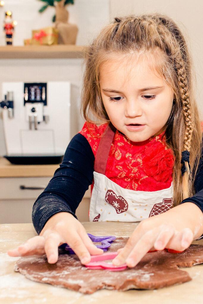 Einfache Weihnachtsplaetzchen backen mit Kindern in der Vorweihnachtszeit nach Rezepten von Sweets & Lifestyle®