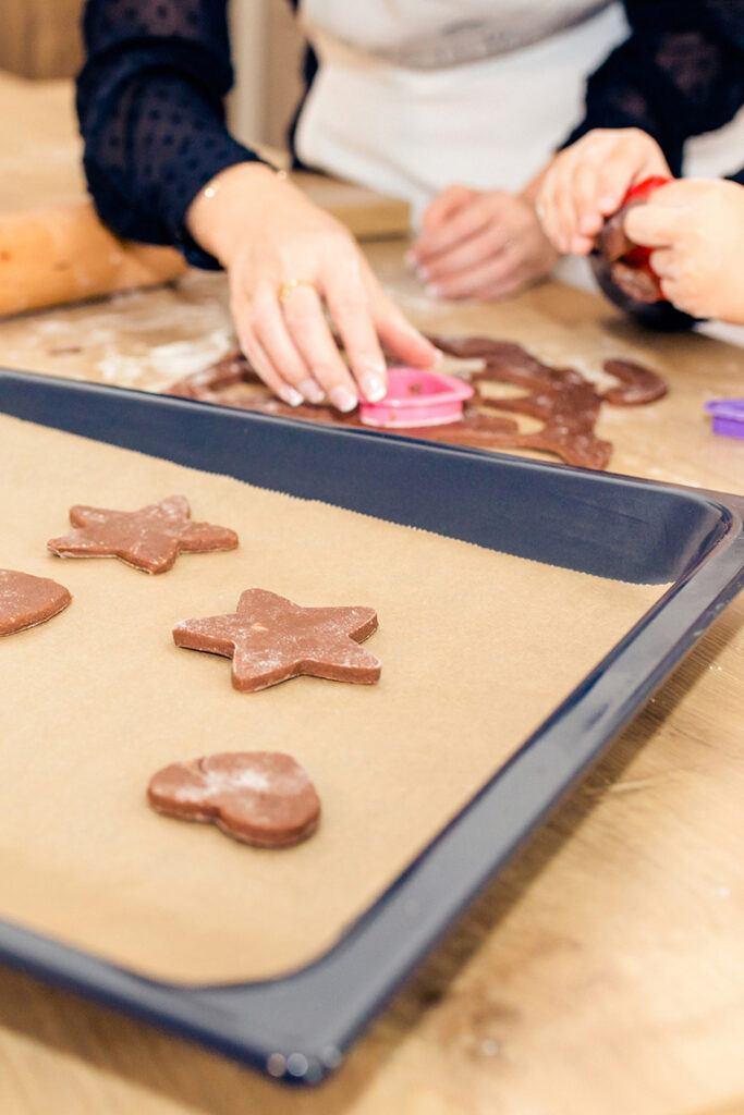 Einfache Weihnachtsplaetzchen mit Kindern backen wie Verena Pelikan bei ihrem Weihnachtskekse-Backkurs fuer Kinder im Kochstudio SchlossStudio im Schloss Coburg zu Ebenthal