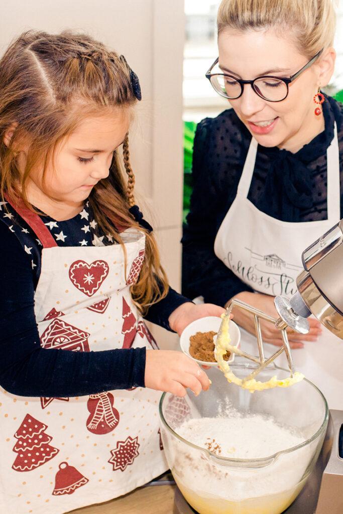 Gemeinsames Plaetzchen backen mit Kindern gehoert in der Weihnachtszeit fuer Foodbloggerin Verena Pelikan dazu
