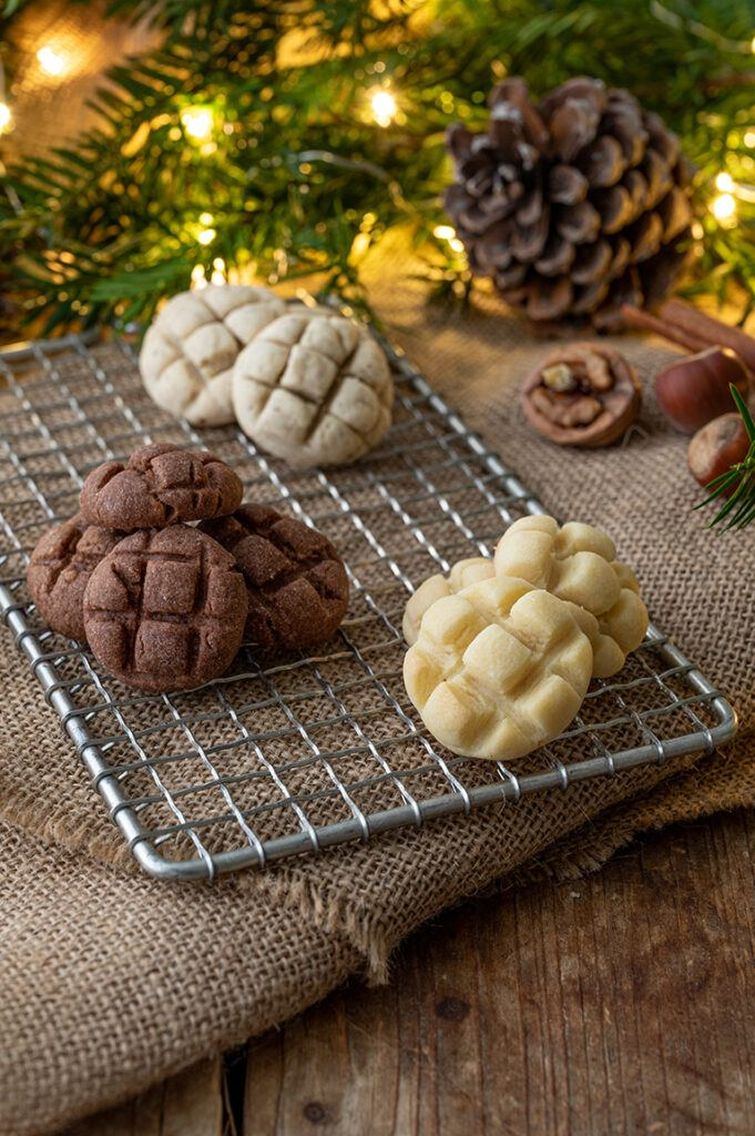 Einfache Gitter Cookies verziert mit einem Kuchengitter als Weihnachtskekse nach einem Rezept von Sweets & Lifestyle®