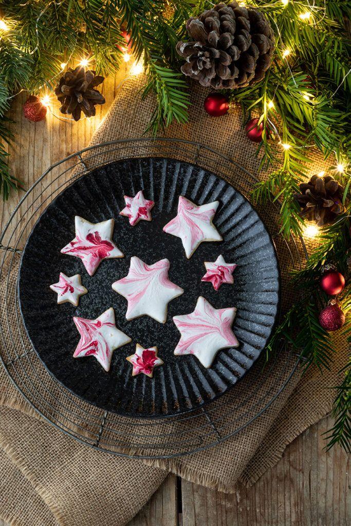 Weihnachtliche Kekse mit marmorierter Eiweissglasur nach einem Rezept von Sweets & Lifestyle®