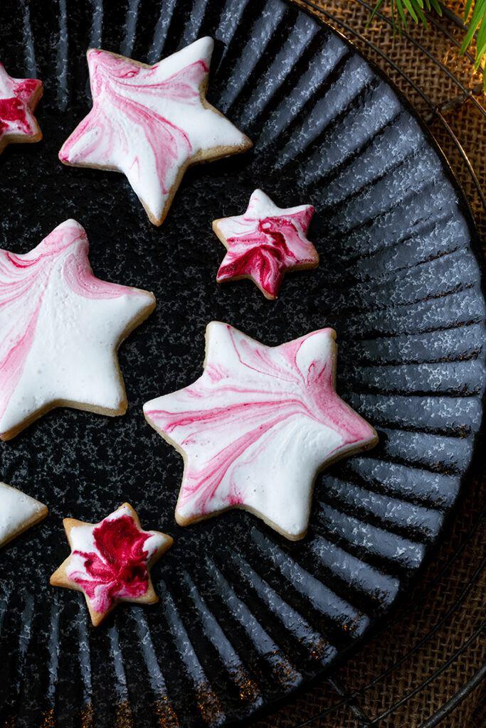 Stern-kekse mit marmorierter Verzierung mit Royal Icing nach einem Rezept von Sweets & Lifestyle®