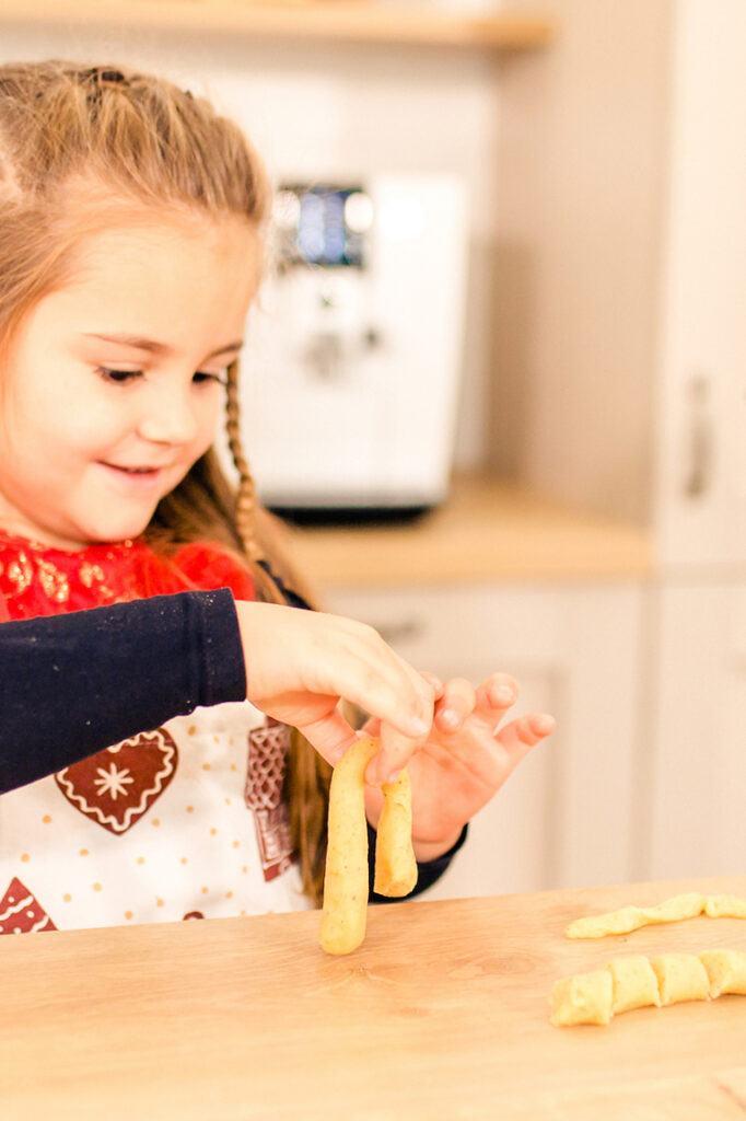 Kind beim Vanillekipferl backen beim Weihnachtskekse backen mit Kindern Backkurs mit Foodbloggerin Verena Pelikan in ihrem SchlossStudio Kochstudio im Schloss Coburg zu Ebenthal