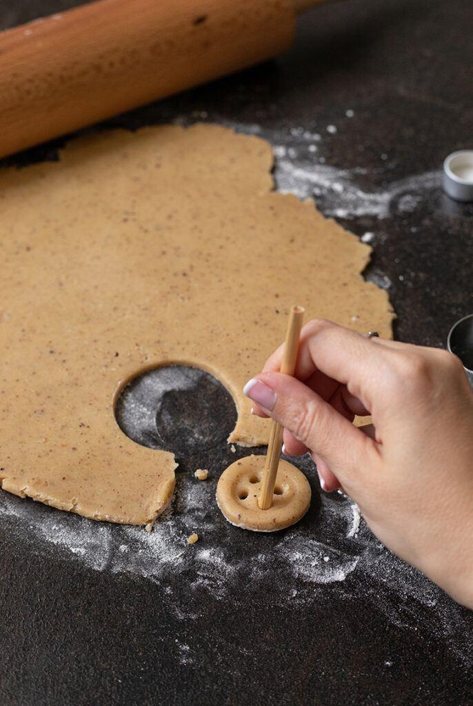 Knopfkekse mit haushaltsueblichen Gegenstaenden selber machen nach einem Rezept von Sweets & Lifestyle®