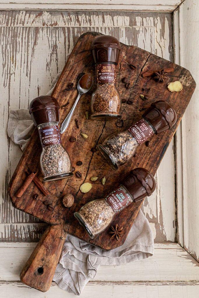 Kotanyi My Coffee Spice Produkte in den Sorten Cinnamon Dream Salted Caramel Cacao Kiss und Chai Moment