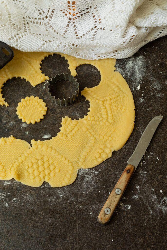 Muerbteig verziert mit einem Muster von einer Haekeldecke nach einer Idee und einem Rezept von Sweets & Lifestyle®