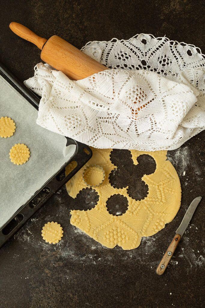 Muerbteig wird von Sweets & Lifestyle® mit einer Haekeldecke verziert