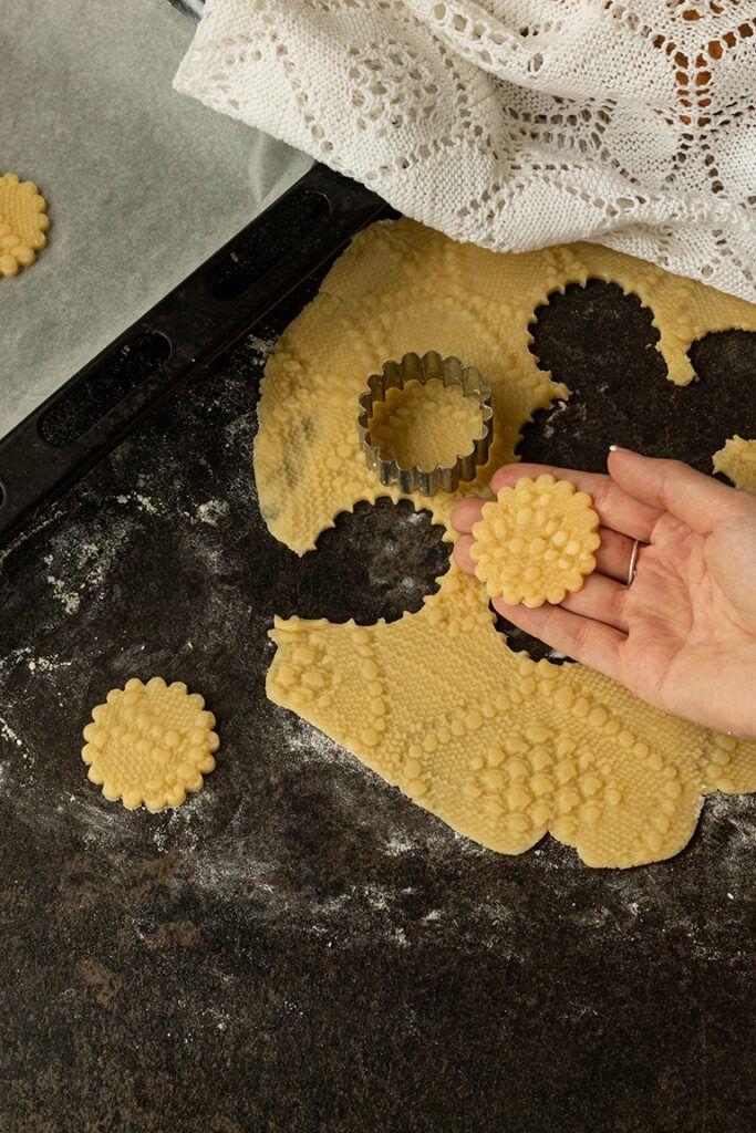 Muerbteigkeks verziert mit Haekeldeckenmuster nach einem Rezept von Sweets & Lifestyle®