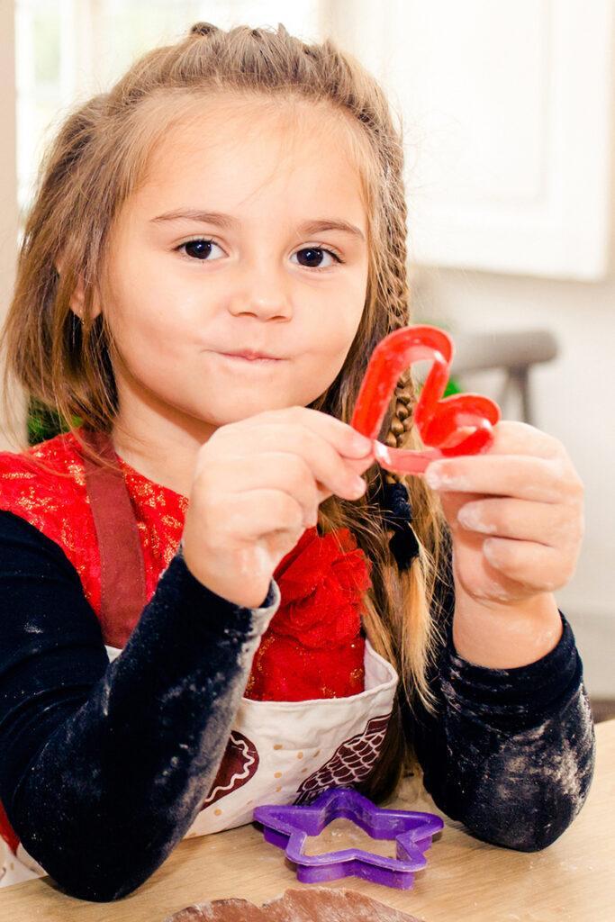 Plaetzchen backen fuer Weihnachten mit Kindern mithilfe von einfachen Plaetzchen Rezepten zum Ausstechen von Sweets & Lifestyle®