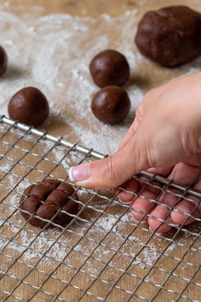 Schoko-Nuss-Teig wird mit Kuchengitter verziert um einfache Gitter Cookies als Weihnachtskekse zu erhalten nach einer Idee von Sweets & Lifestyle®