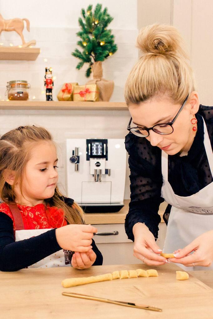 Vanillekipferl backen mit Kindern gehoert zum Weihnachtskekse backen mit KIndern fuer Verena Pelikan dazu