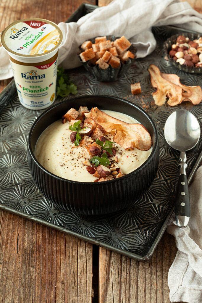 Vegane Selleriecremesuppe mit Birne und Haselnuessen gemacht mit der neuen Rama zum Kochen 100% pflanzlich nach einem Rezept von Sweets & Lifestyle®