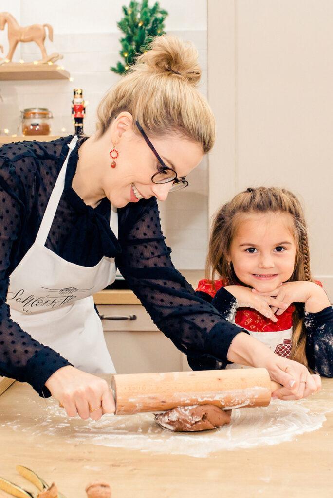 Verena Pelikan mit Kind beim Weihnachtskekse backen mit Kindern-Backkurs in ihrem Kochstudio SchlossStudio im Schloss Coburg zu Ebenthal im Weinviertel