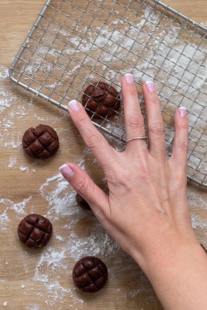 Verzierung der Teigkugeln mit einem Kuchengitter fuer Gitter Cookies als Weihnachtskekse nach Rezept von Sweets & Lifestyle®