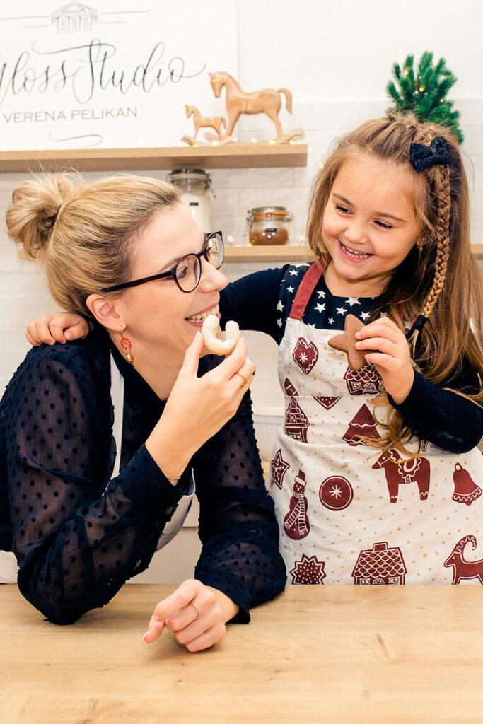Leckere Weihnachtsplaetzchen backen mit Kindern wie SchlossStudio Besitzerin Verena Pelikan