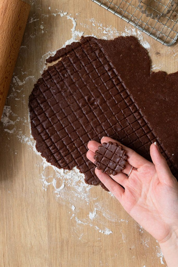Aus einem Schoko-Nuss-Teig ausgestochener Gitter Keks nach einem Rezept von Sweets & Lifestyle®