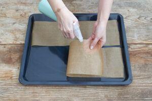 Backpapierstreifen mit Wasser besprühen fuer die Kardinalschnitte von Sweets & Lifestyle®