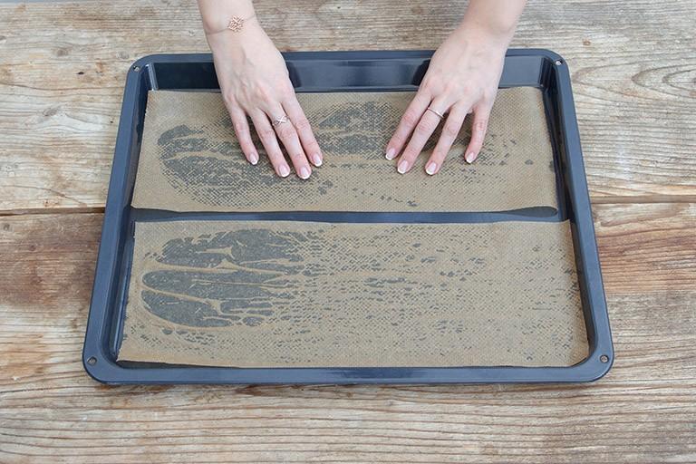 Backpapierstreifen mit Wasser besprühen und auf ein Backblech legen fuer die Kardinalschnitte von Sweets & Lifestyle®