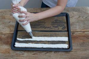 Baiserstreifen aufdressieren auf ein Backblech fuer die Kardinalschnitte von Sweets & Lifestyle®