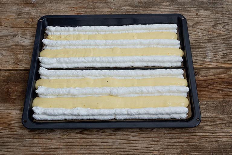 Baiserstreifen und Biskuitstreifen aufdressiert fuer die Kardinalschnitte von Sweets & Lifestyle®